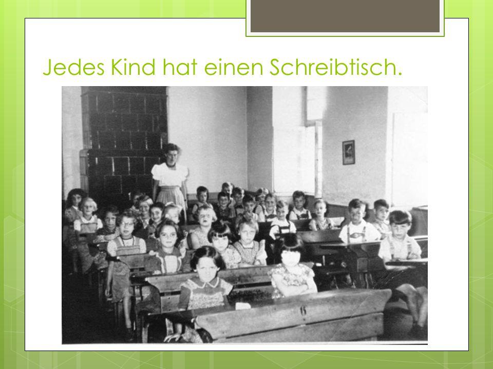 Jedes Kind hat einen Schreibtisch.