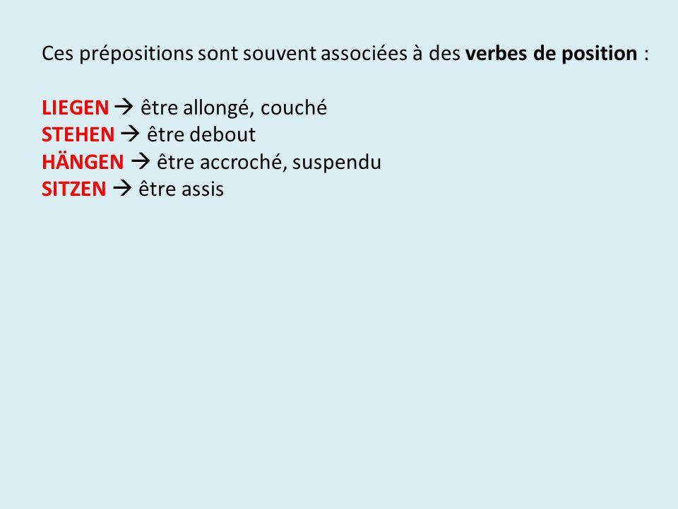 Ces prépositions sont souvent associées à des verbes de position :