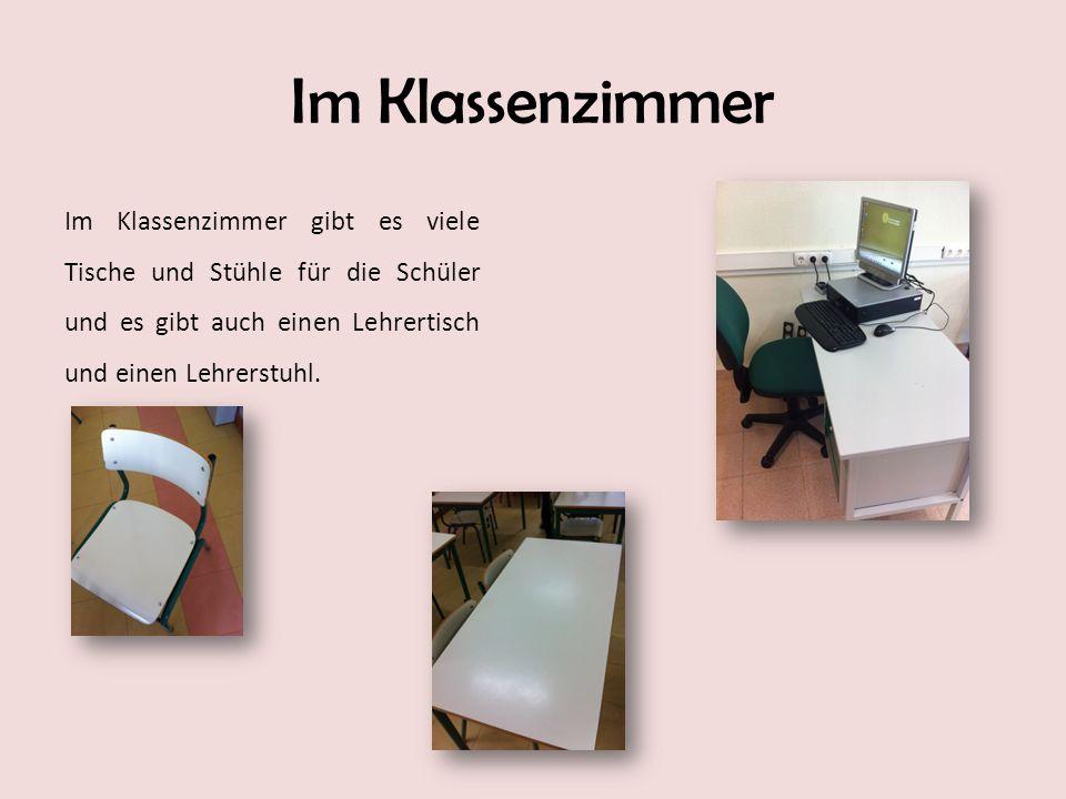 Im Klassenzimmer Im Klassenzimmer gibt es viele Tische und Stühle für die Schüler und es gibt auch einen Lehrertisch und einen Lehrerstuhl.