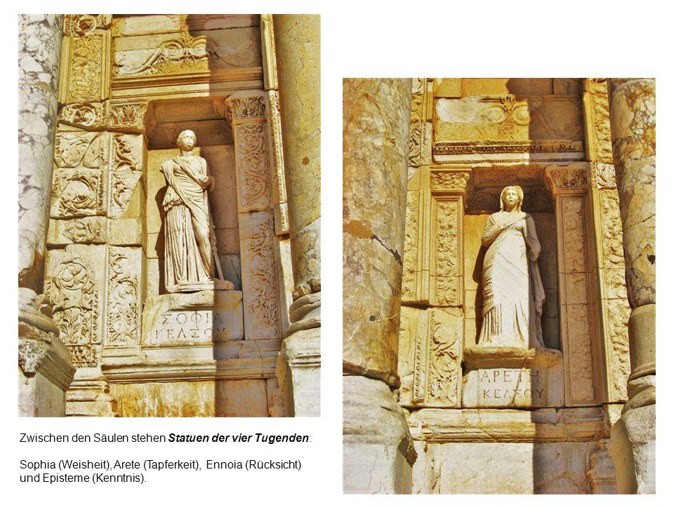Zwischen den Säulen stehen Statuen der vier Tugenden: