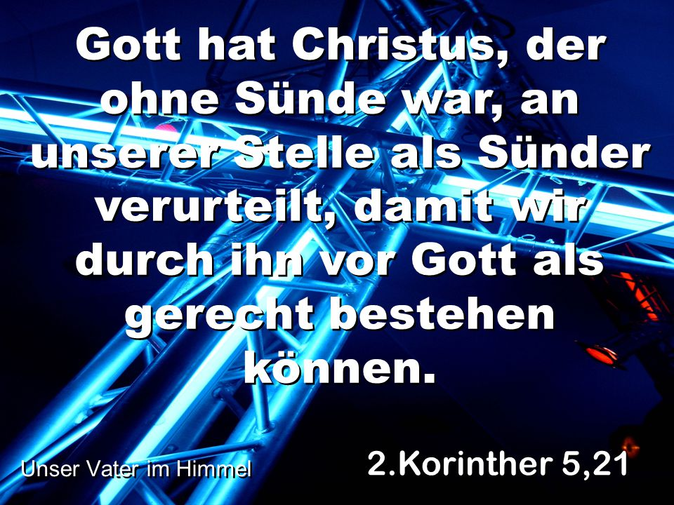 Gott hat Christus, der ohne Sünde war, an unserer Stelle als Sünder verurteilt, damit wir durch ihn vor Gott als gerecht bestehen können.