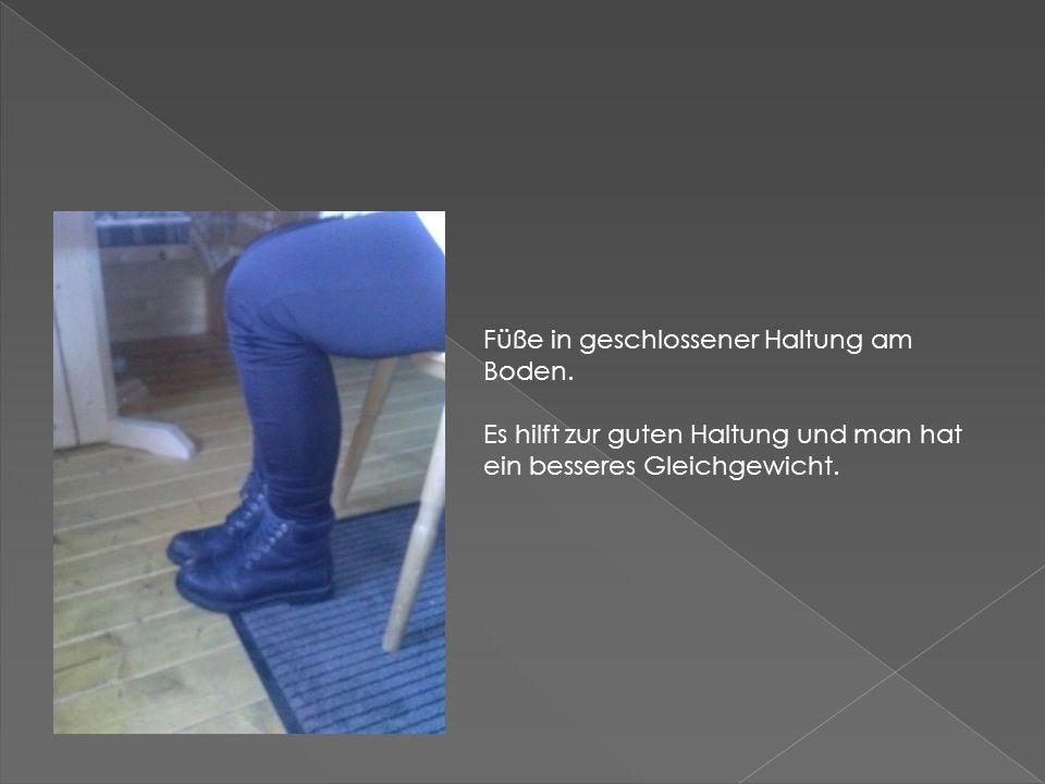 Füße in geschlossener Haltung am Boden.