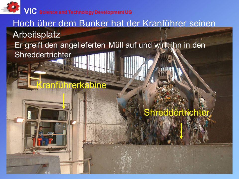 Hoch über dem Bunker hat der Kranführer seinen Arbeitsplatz