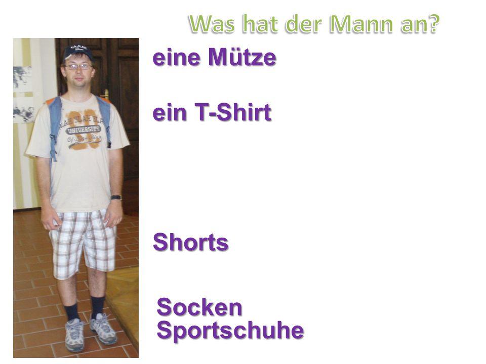 Was hat der Mann an eine Mütze ein T-Shirt Shorts Socken Sportschuhe