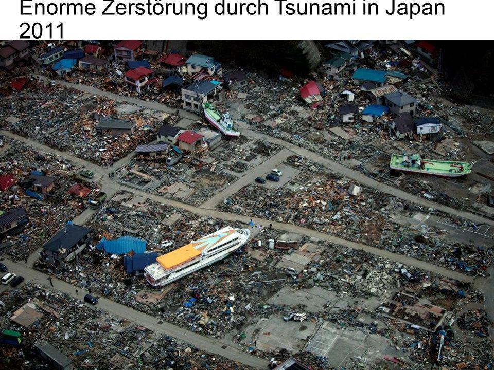 Enorme Zerstörung durch Tsunami in Japan 2011