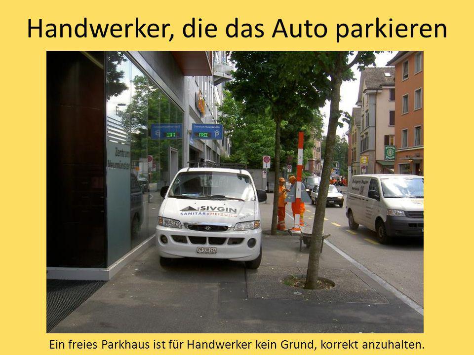 Handwerker, die das Auto parkieren