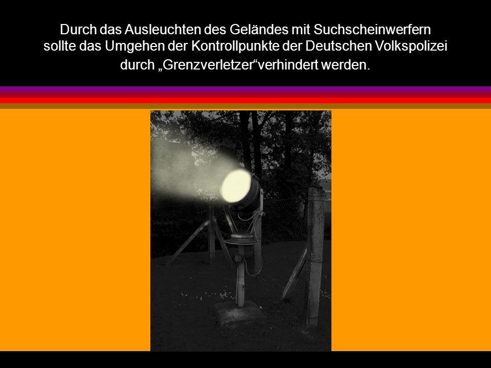 """Durch das Ausleuchten des Geländes mit Suchscheinwerfern sollte das Umgehen der Kontrollpunkte der Deutschen Volkspolizei durch """"Grenzverletzer verhindert werden."""