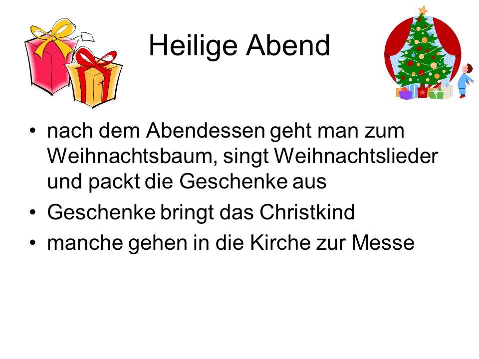 Heilige Abend nach dem Abendessen geht man zum Weihnachtsbaum, singt Weihnachtslieder und packt die Geschenke aus.