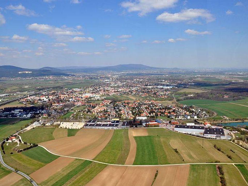 Hier verlässt die Triesting ihr Tal an der Grenze zwischen Wienerwald und Gutensteiner Alpen und fließt weiter durch die flache Landschaft des Wiener Beckens, wo sie auch vom Wiener Neustädter Kanal überquert wird und mündet bei Achau in die Schwechat.