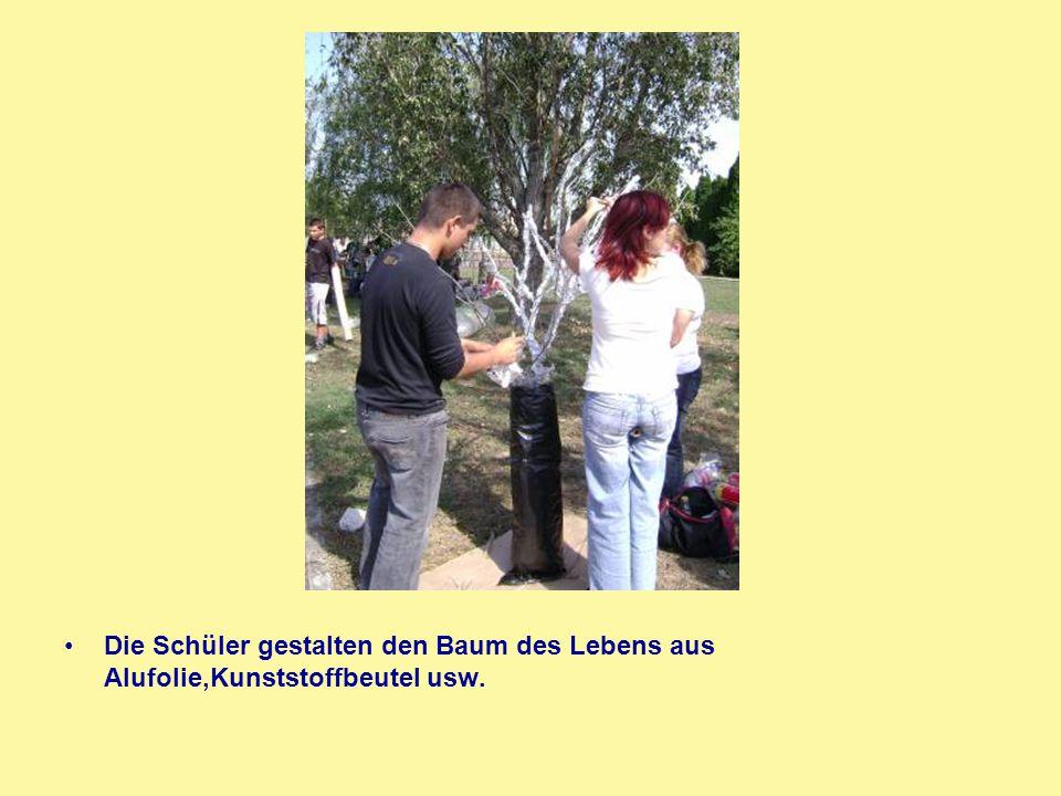 Die Schüler gestalten den Baum des Lebens aus Alufolie,Kunststoffbeutel usw.