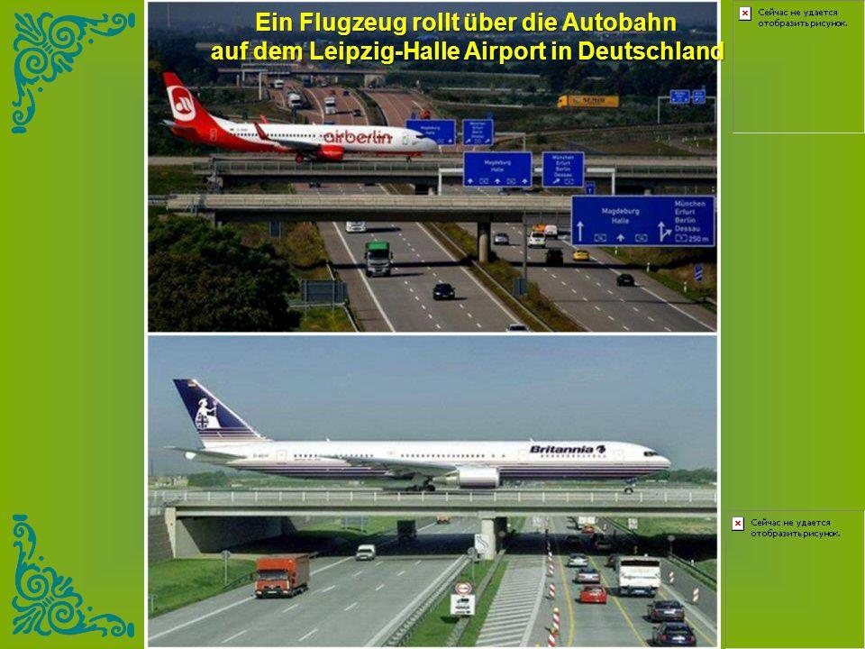 Ein Flugzeug rollt über die Autobahn