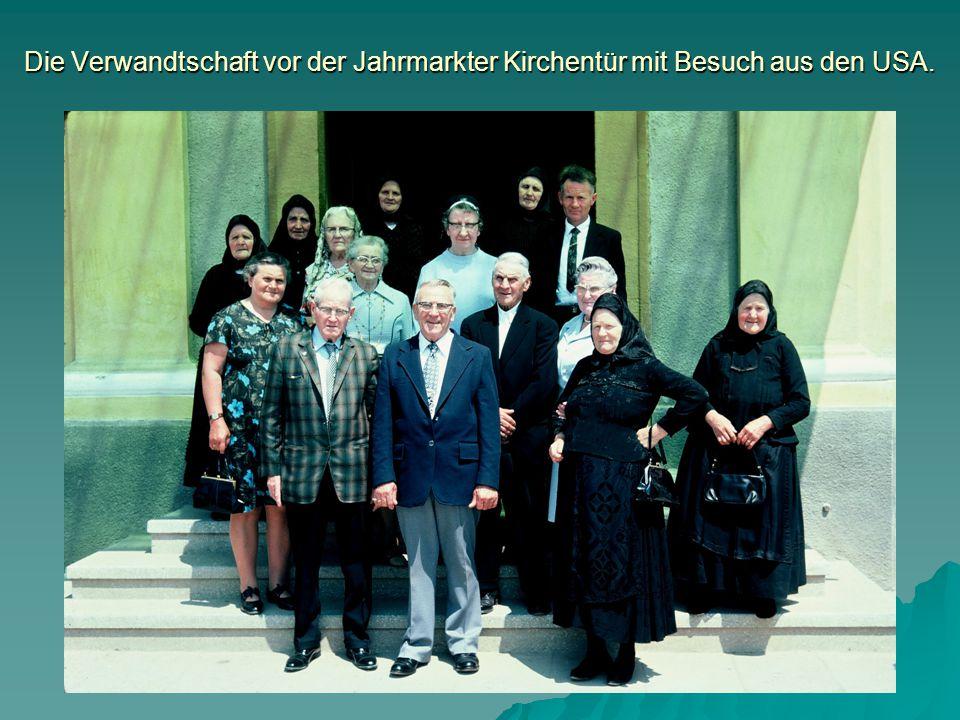 Die Verwandtschaft vor der Jahrmarkter Kirchentür mit Besuch aus den USA.