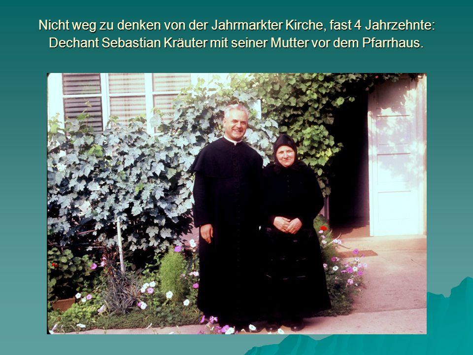 Nicht weg zu denken von der Jahrmarkter Kirche, fast 4 Jahrzehnte: Dechant Sebastian Kräuter mit seiner Mutter vor dem Pfarrhaus.