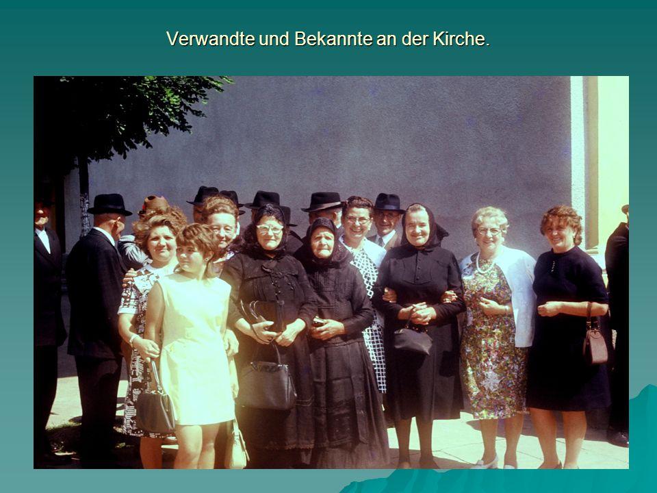 Verwandte und Bekannte an der Kirche.