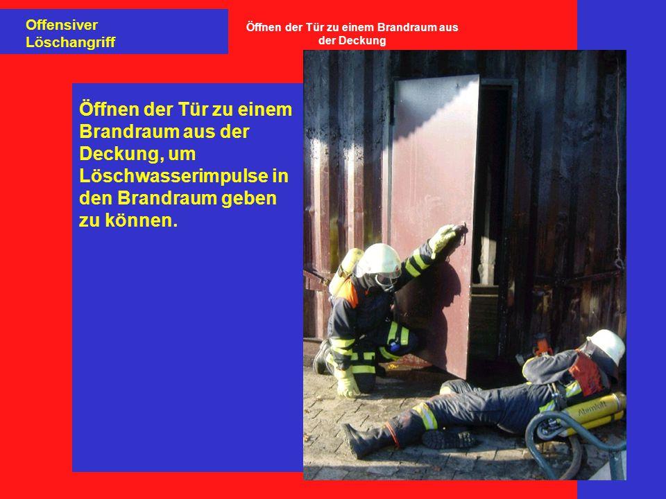 Öffnen der Tür zu einem Brandraum aus der Deckung