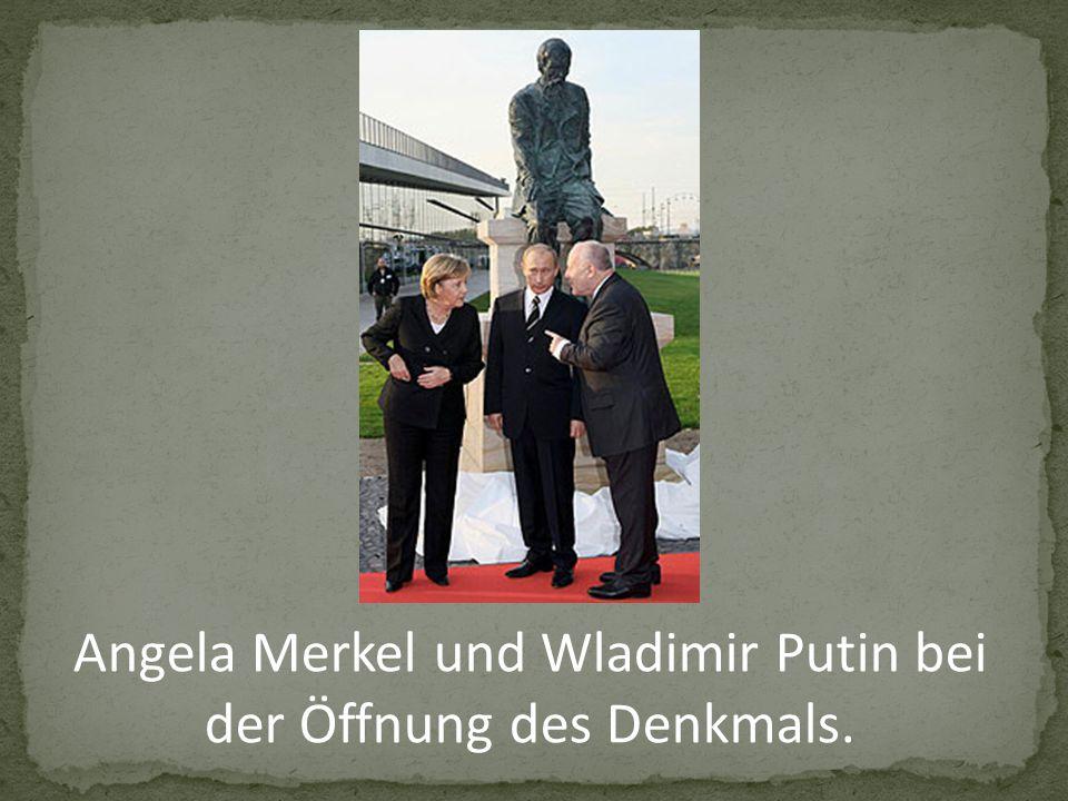 Angela Merkel und Wladimir Putin bei der Öffnung des Denkmals.