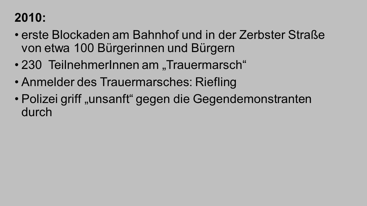 """2010: erste Blockaden am Bahnhof und in der Zerbster Straße von etwa 100 Bürgerinnen und Bürgern. 230 TeilnehmerInnen am """"Trauermarsch"""