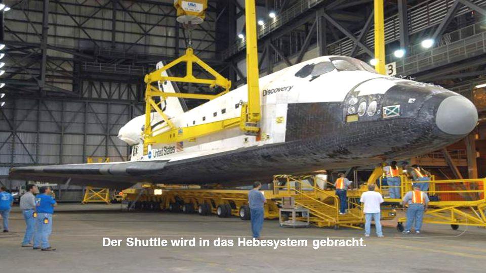 Der Shuttle wird in das Hebesystem gebracht.