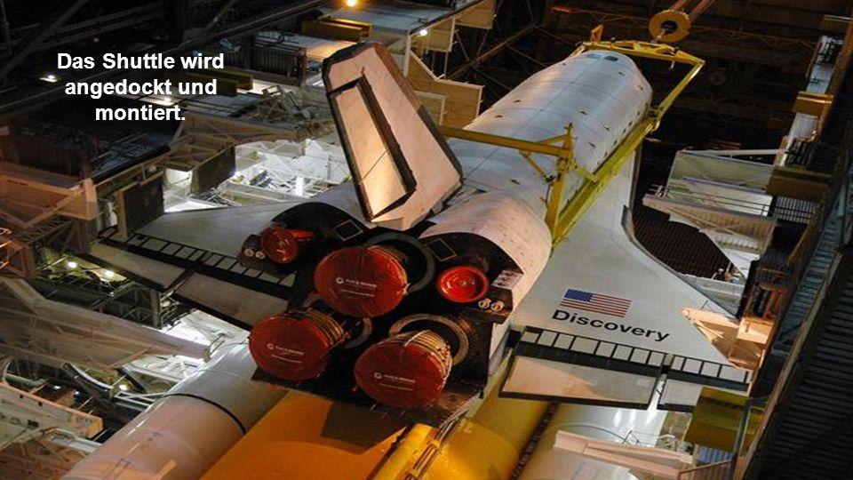 Das Shuttle wird angedockt und montiert.