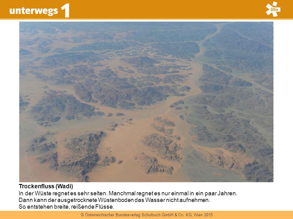 Trockenfluss (Wadi) In der Wüste regnet es sehr selten. Manchmal regnet es nur einmal in ein paar Jahren.