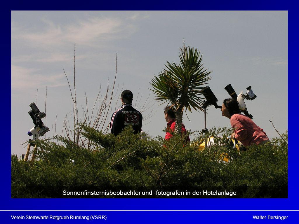 Sonnenfinsternisbeobachter und -fotografen in der Hotelanlage