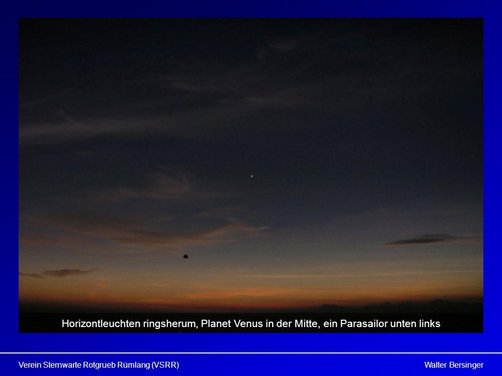 Horizontleuchten ringsherum, Planet Venus in der Mitte, ein Parasailor unten links