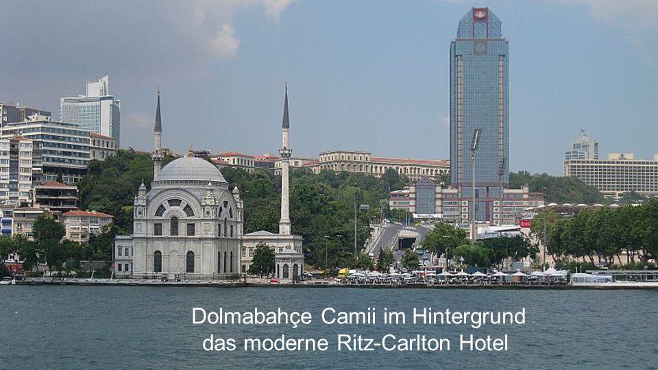 Dolmabahçe Camii im Hintergrund das moderne Ritz-Carlton Hotel