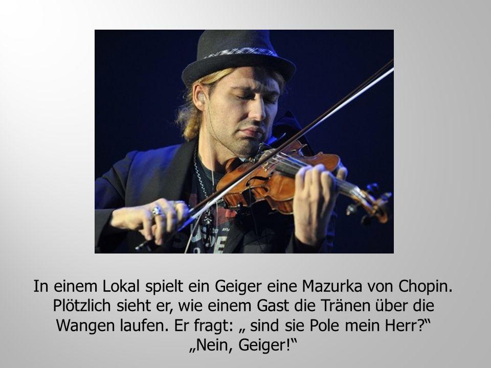 In einem Lokal spielt ein Geiger eine Mazurka von Chopin