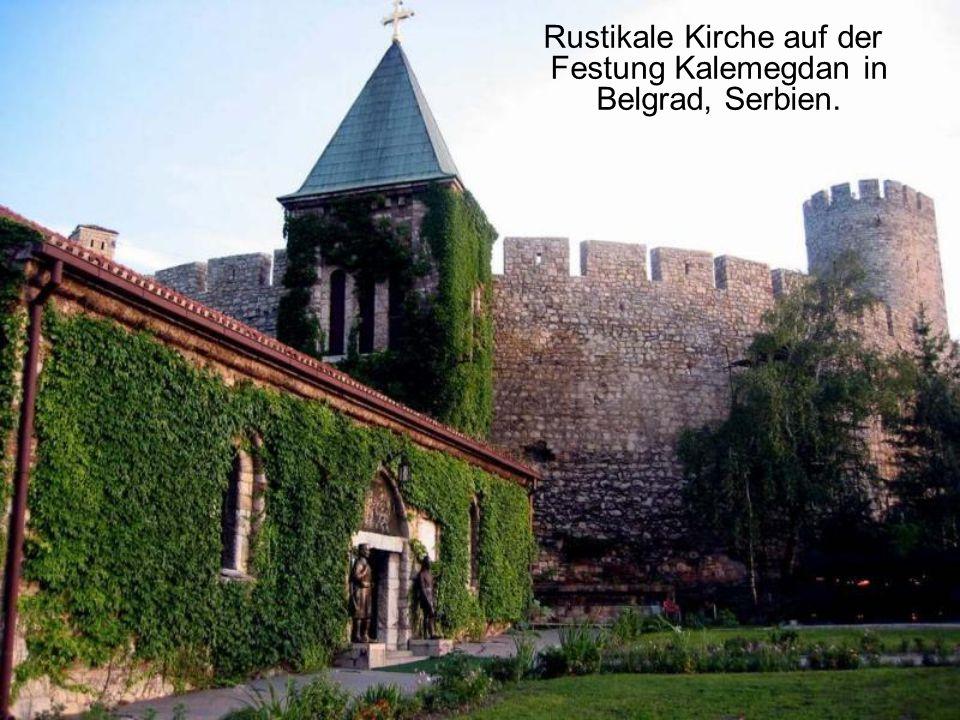 Rustikale Kirche auf der Festung Kalemegdan in Belgrad, Serbien.