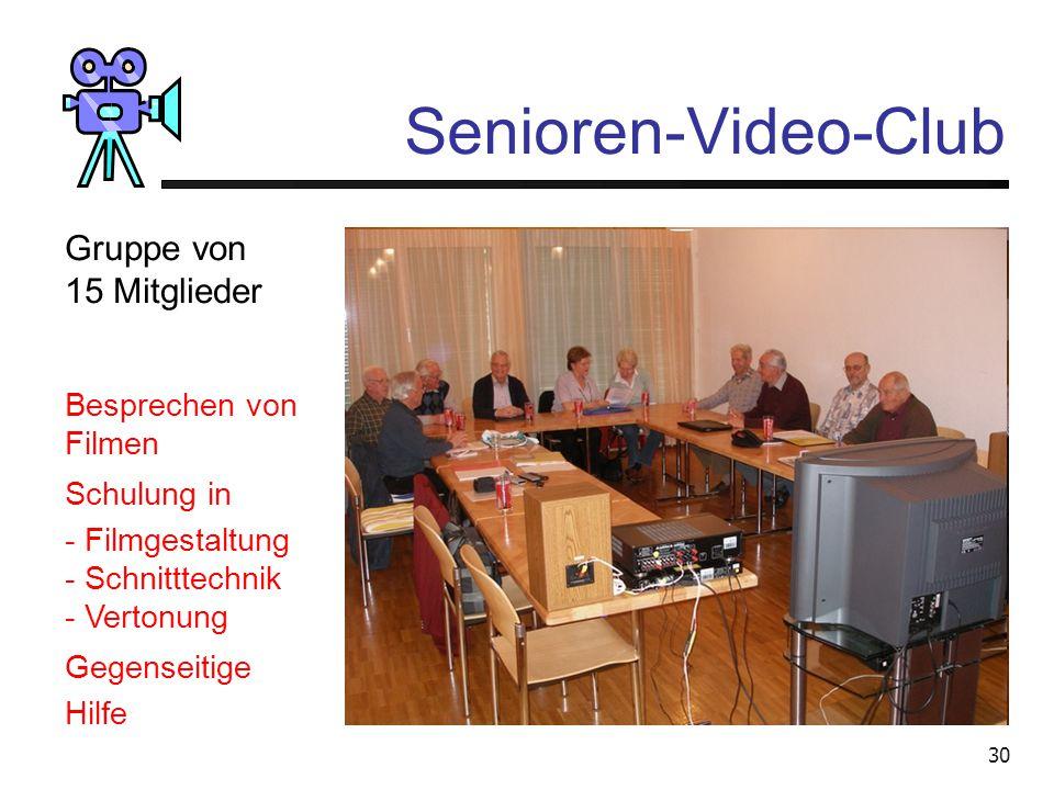 Senioren-Video-Club Gruppe von 15 Mitglieder Besprechen von Filmen
