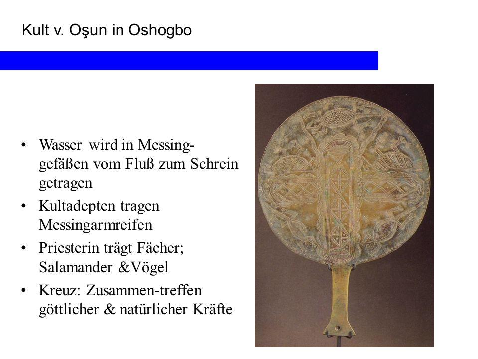 Kult v. Oşun in Oshogbo Wasser wird in Messing-gefäßen vom Fluß zum Schrein getragen. Kultadepten tragen Messingarmreifen.