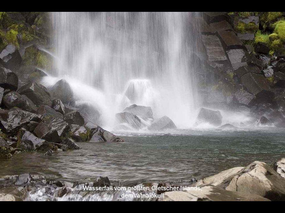 Wasserfall vom größten Gletscher Islands,