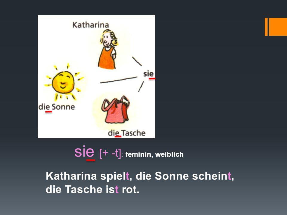 Katharina spielt, die Sonne scheint, die Tasche ist rot.