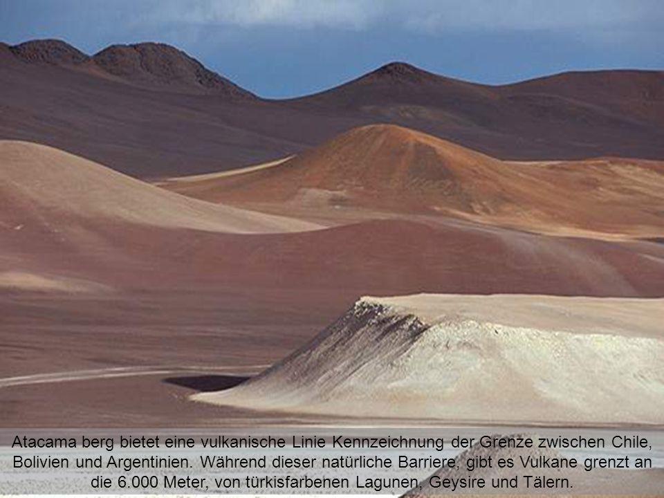 Atacama berg bietet eine vulkanische Linie Kennzeichnung der Grenze zwischen Chile, Bolivien und Argentinien.