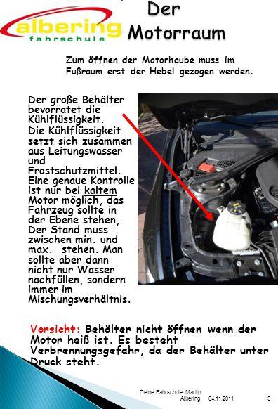 Der Motorraum Zum öffnen der Motorhaube muss im Fußraum erst der Hebel gezogen werden. Der große Behälter bevorratet die Kühlflüssigkeit.