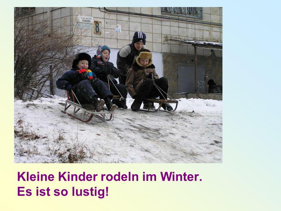 Kleine Kinder rodeln im Winter. Es ist so lustig!