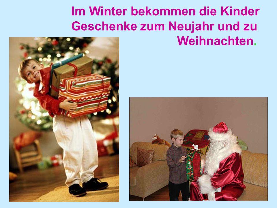 Im Winter bekommen die Kinder Geschenke zum Neujahr und zu Weihnachten.