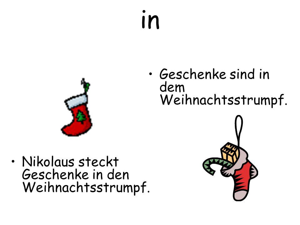 in Geschenke sind in dem Weihnachtsstrumpf.