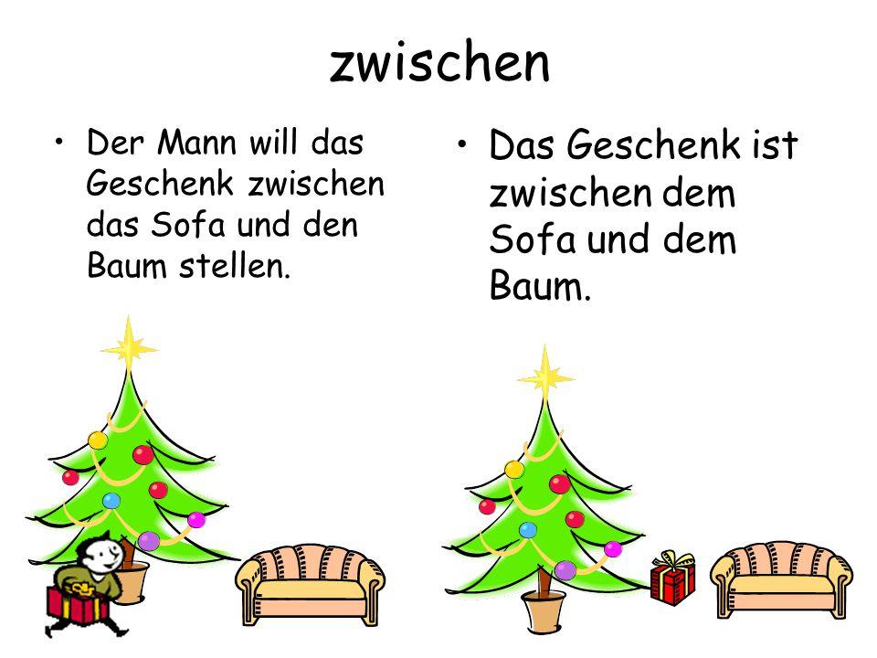 zwischen Das Geschenk ist zwischen dem Sofa und dem Baum.