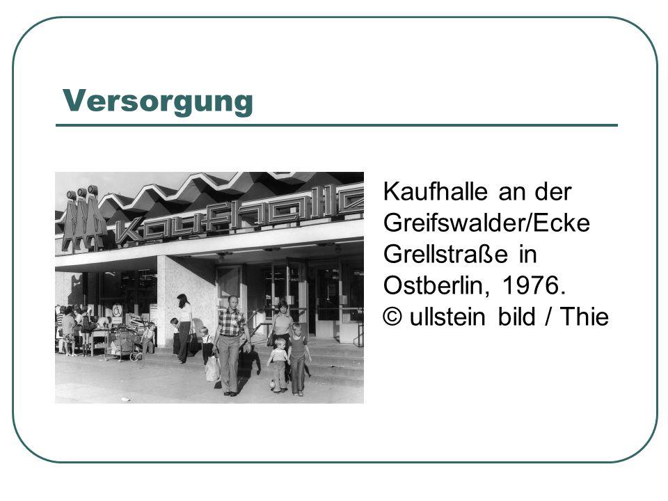 Versorgung Kaufhalle an der Greifswalder/Ecke Grellstraße in Ostberlin, 1976. © ullstein bild / Thie.