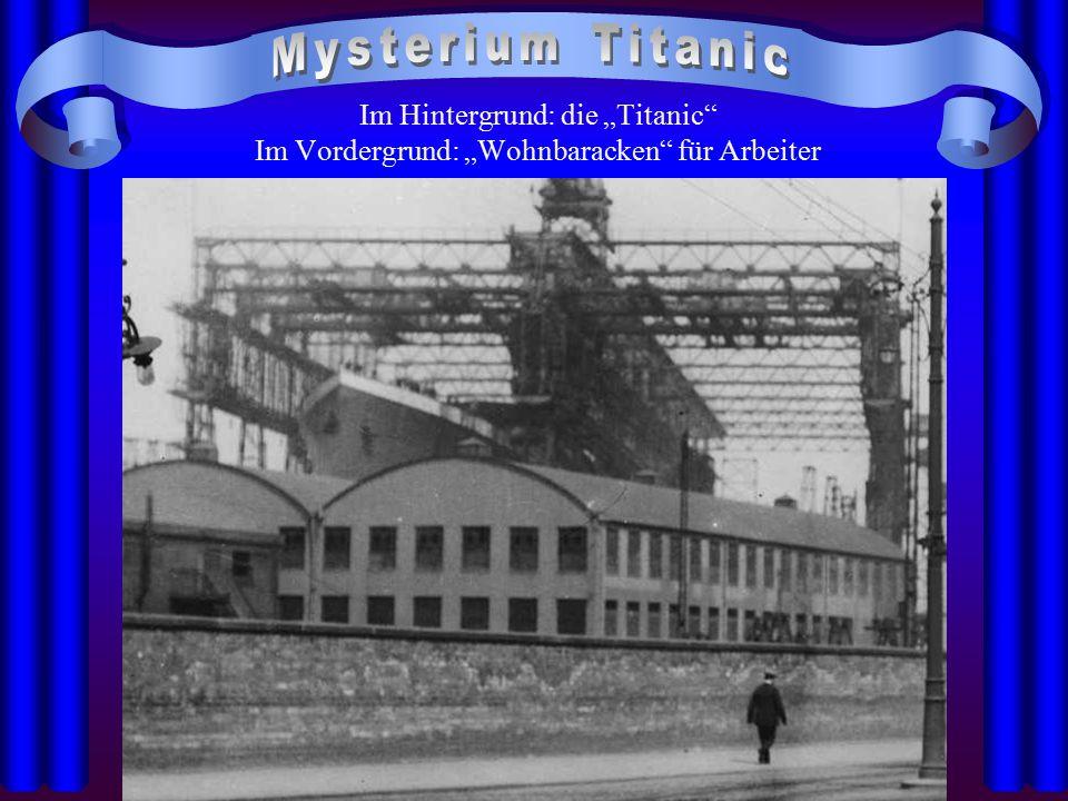 """Mysterium Titanic Im Hintergrund: die """"Titanic Im Vordergrund: """"Wohnbaracken für Arbeiter"""
