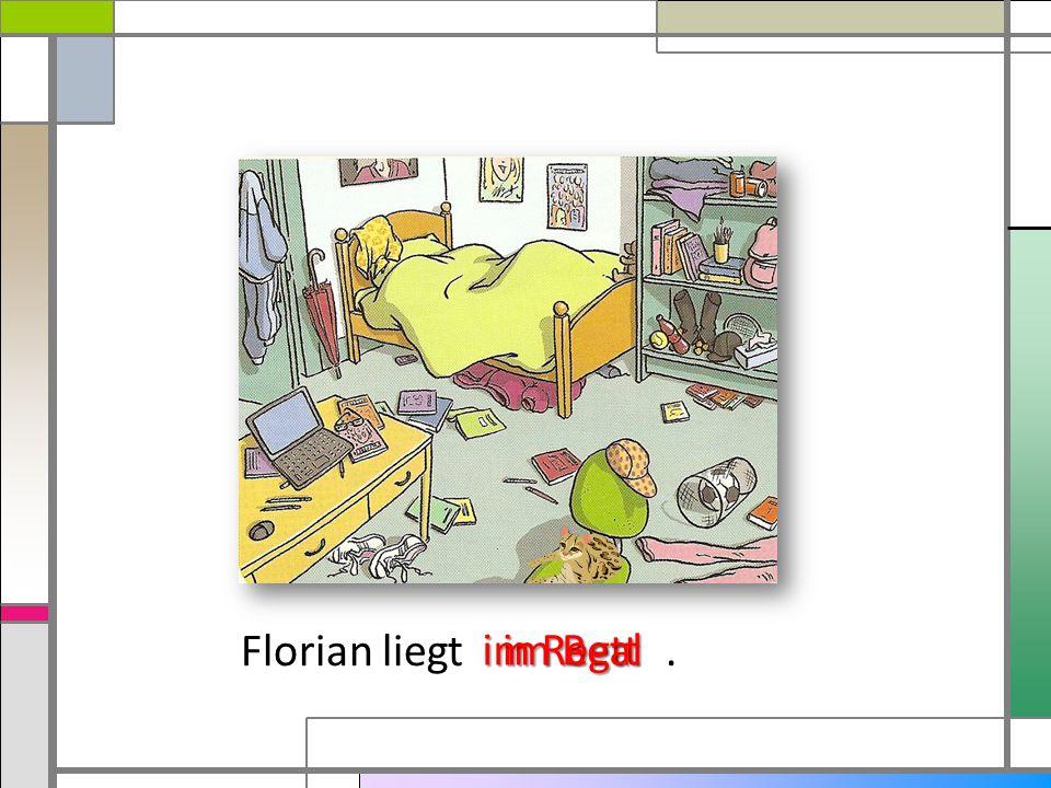 Florian liegt . im Bett im Regal