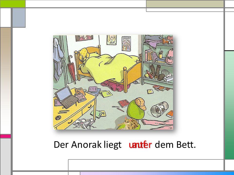 Der Anorak liegt dem Bett.