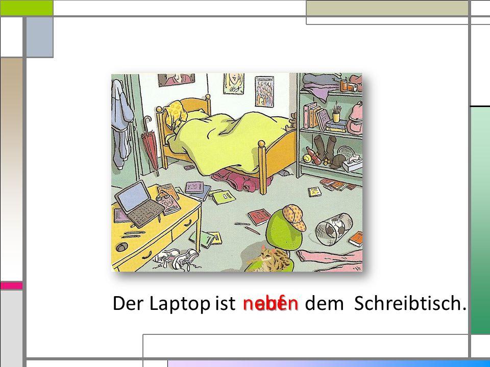 Der Laptop ist dem Schreibtisch.