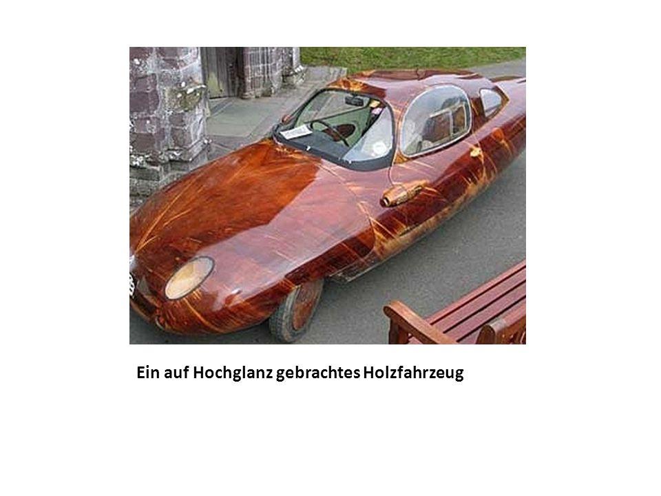 Ein auf Hochglanz gebrachtes Holzfahrzeug