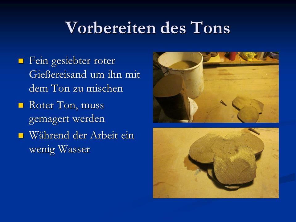 Vorbereiten des Tons Fein gesiebter roter Gießereisand um ihn mit dem Ton zu mischen. Roter Ton, muss gemagert werden.