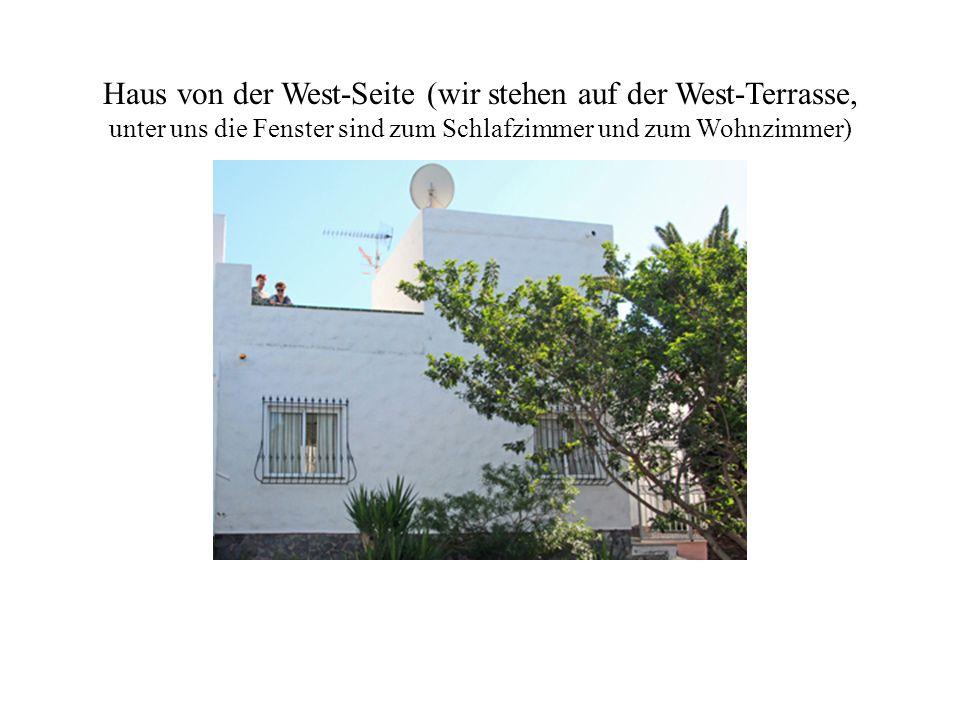 Haus von der West-Seite (wir stehen auf der West-Terrasse, unter uns die Fenster sind zum Schlafzimmer und zum Wohnzimmer)