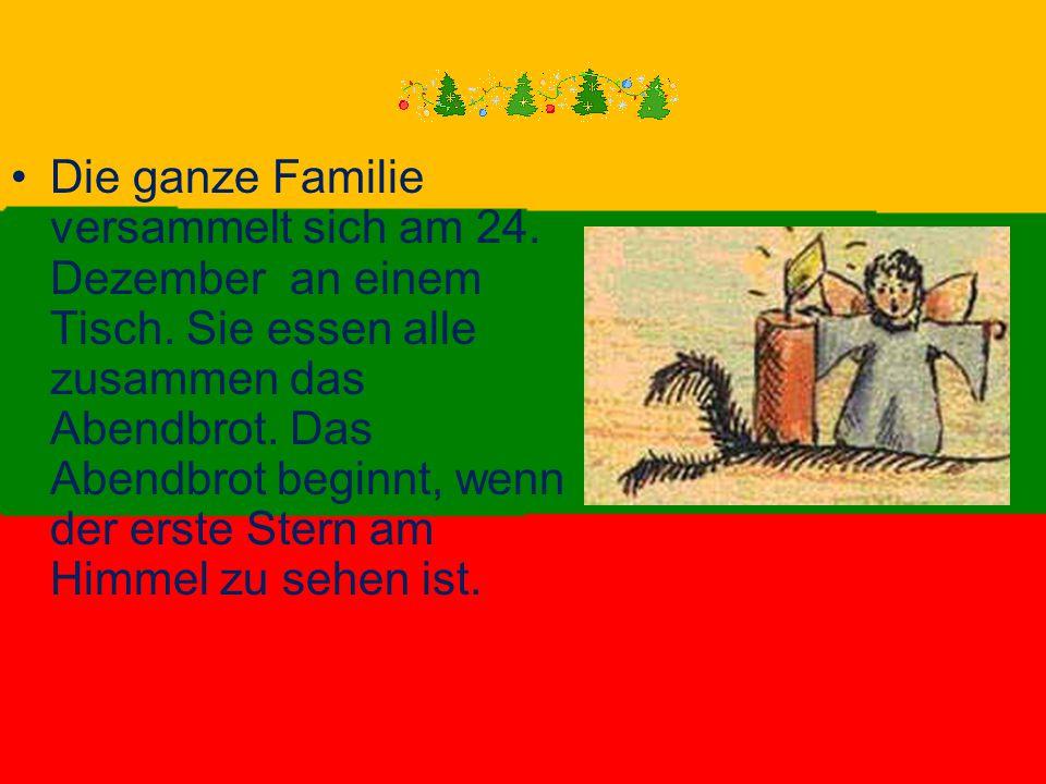 Die ganze Familie versammelt sich am 24. Dezember an einem Tisch