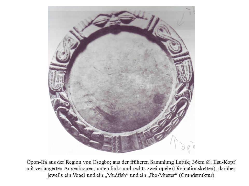 """Opon-Ifá aus der Region von Osogbo; aus der früheren Sammlung Luttik; 36cm ; Esu-Kopf mit verlängerten Augenbrauen; unten links und rechts zwei opele (Divinationsketten), darüber jeweils ein Vogel und ein """"Mudfish und ein """"Ibo-Muster (Grundstruktur)"""