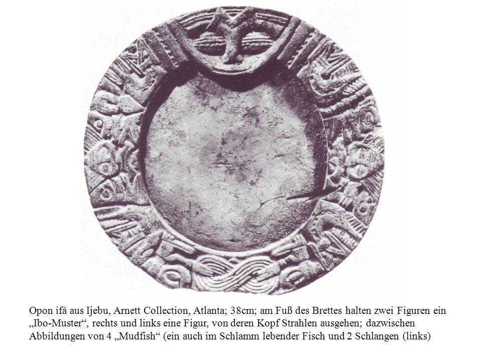 """Opon ifá aus Ijebu, Arnett Collection, Atlanta; 38cm; am Fuß des Brettes halten zwei Figuren ein """"Ibo-Muster , rechts und links eine Figur, von deren Kopf Strahlen ausgehen; dazwischen Abbildungen von 4 """"Mudfish (ein auch im Schlamm lebender Fisch und 2 Schlangen (links)"""